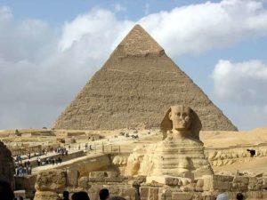 Le sphinx de Gizeh et la pyramide de Khépren en Egypte