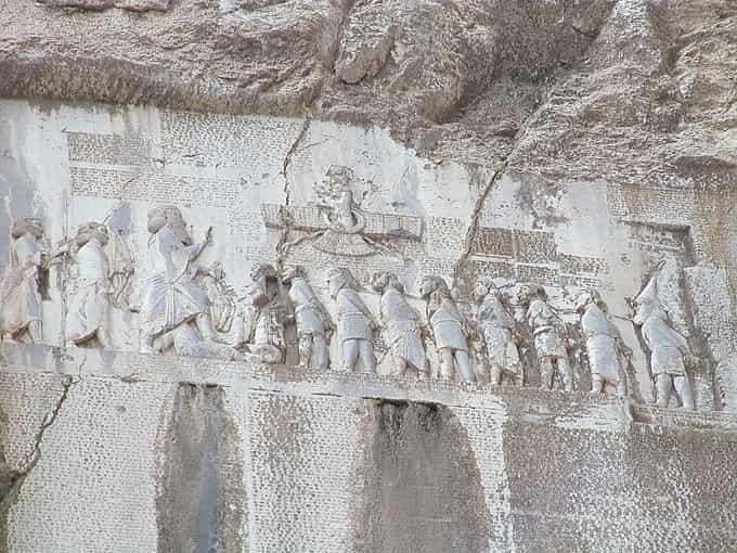 Inscriptions au mont Behistun en Iran actuel